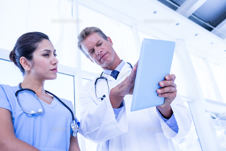 Nurse and doctor looking at tablet pcの素材 [FYI00007683]