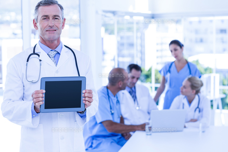 Doctor showing tablet pc during meetingの素材 [FYI00007684]
