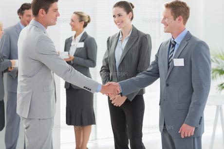 Business people shaking handsの素材 [FYI00007730]