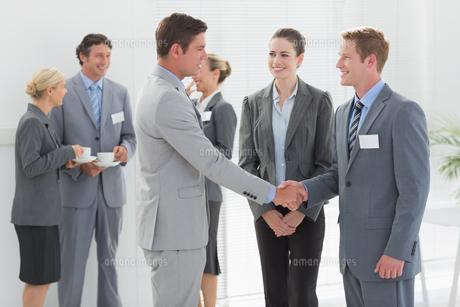 Business people shaking handsの素材 [FYI00007731]