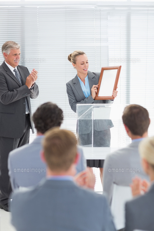 Pretty businesswoman receiving prizeの写真素材 [FYI00007744]