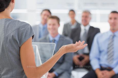 Businesswoman doing conference presentationの素材 [FYI00007753]