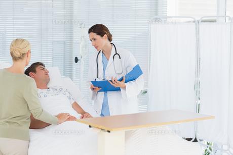 Doctor checking her patientの写真素材 [FYI00007778]
