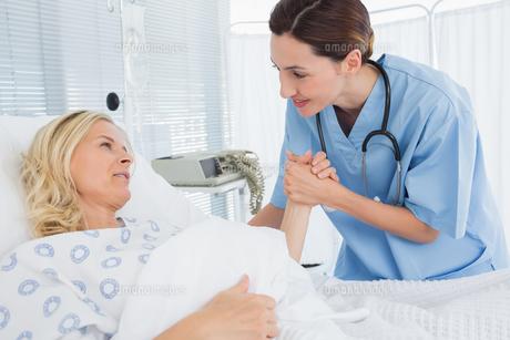 Doctor taking care of patientの写真素材 [FYI00007780]