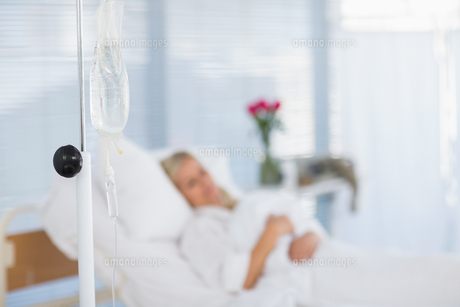 Fuzzy view of  patient lying on her bedの写真素材 [FYI00007802]