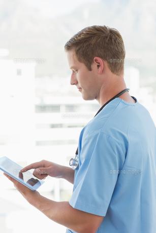 Doctor using tablet computerの写真素材 [FYI00007806]
