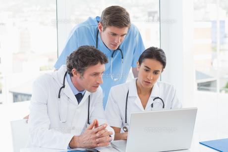 Team of doctors working on laptop computerの写真素材 [FYI00007811]