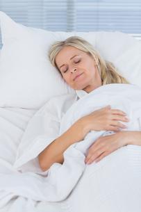 Happy patient lying on her bedの写真素材 [FYI00007812]