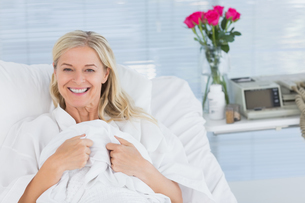 Smiling patient looking at camera on her bedの写真素材 [FYI00007813]