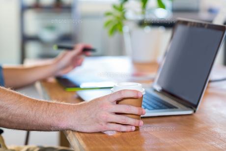 Businessman working with digitizerの素材 [FYI00007829]