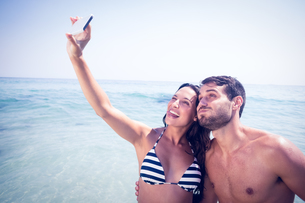 Happy couple taking a selfieの素材 [FYI00007856]