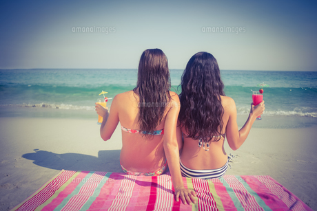 Two friends in swimsuits at the beachの写真素材 [FYI00007858]