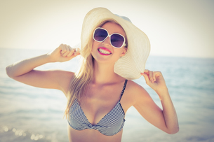Stylish blonde on the beachの写真素材 [FYI00007867]