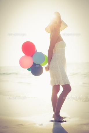 Beautiful blonde holding balloonsの写真素材 [FYI00007869]