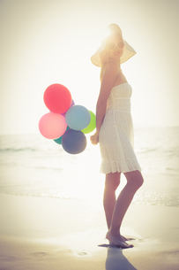 Beautiful blonde holding balloonsの写真素材 [FYI00007869]