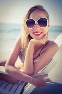 Stylish blonde on the beachの素材 [FYI00007870]