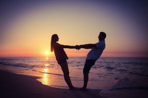 Romantic couple at sunsetの写真素材 [FYI00007885]