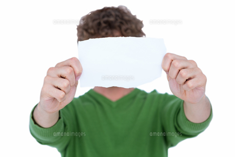 Handsome man showing white paperの写真素材 [FYI00007895]