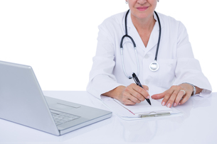 Doctor writing on a notepadの写真素材 [FYI00007929]