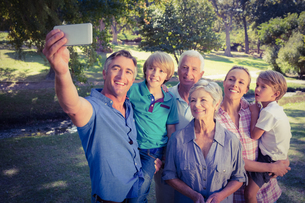 Happy family taking a selfie in the parkの写真素材 [FYI00007936]