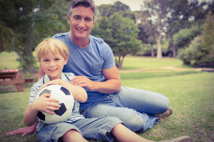 Happy father with his son at the parkの写真素材 [FYI00007939]