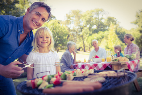 Happy father doing barbecue with her daughterの写真素材 [FYI00007940]