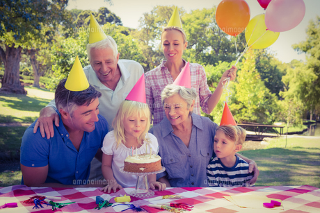 Happy family celebrating a birthdayの写真素材 [FYI00007941]