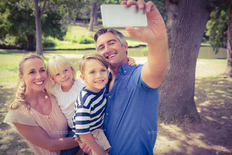 Happy family taking a selfie in the parkの写真素材 [FYI00007945]