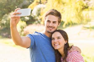 Cute couple doing selfie in the parkの写真素材 [FYI00007952]