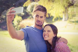 Cute couple doing selfie in the parkの写真素材 [FYI00007956]