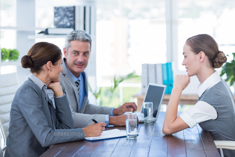 Business people interviewing young businesswomanの写真素材 [FYI00007978]