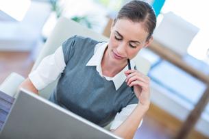 Businesswoman working on laptop computerの写真素材 [FYI00007981]