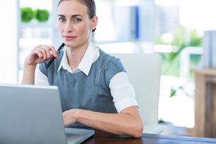 Businesswoman working on laptop computerの写真素材 [FYI00007986]