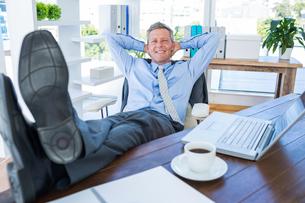 Businessman relaxing in a swivel chairの写真素材 [FYI00007989]