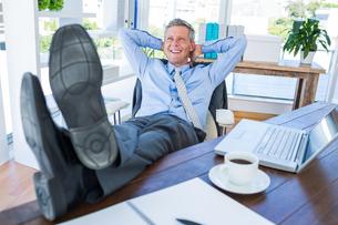 Businessman relaxing in a swivel chairの写真素材 [FYI00007992]
