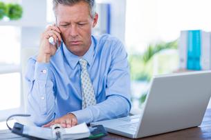 Serious businessman having phone callの写真素材 [FYI00008001]