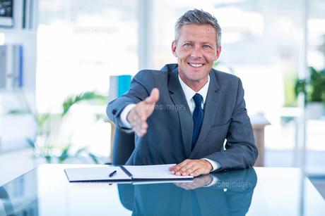Businessman ready to shake handの素材 [FYI00008028]
