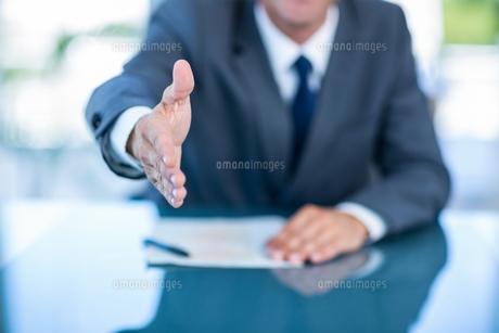 Businessman ready to shake handの素材 [FYI00008029]