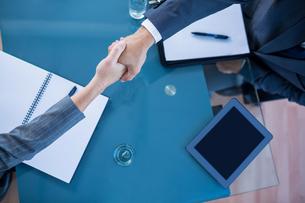 Business people shaking handsの素材 [FYI00008037]