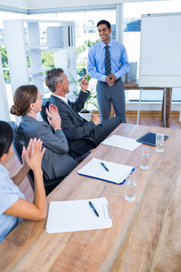 Business people applauding during a meetingの写真素材 [FYI00008065]