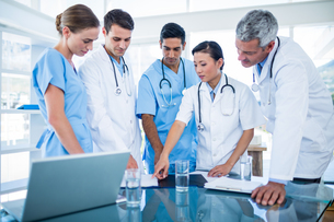 Doctors and nurses discussing togetherの写真素材 [FYI00008073]