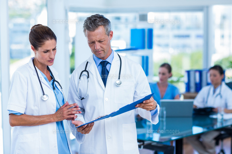 Doctors looking together at clipboardの写真素材 [FYI00008075]