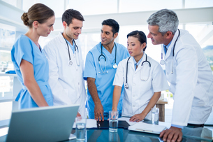 Doctors and nurses discussing togetherの写真素材 [FYI00008079]