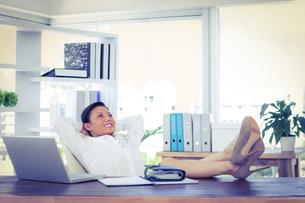 Businesswoman relaxing in a swivel chairの写真素材 [FYI00008090]