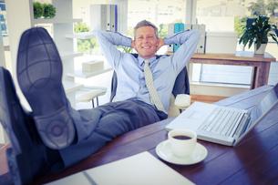 Businessman relaxing in a swivel chairの写真素材 [FYI00008094]