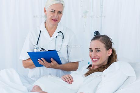 Happy pregnant woman having a doctor visitの写真素材 [FYI00008099]