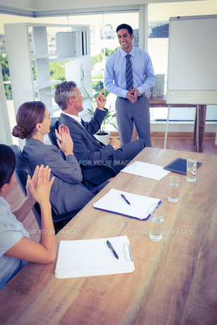 Business people applauding during a meetingの写真素材 [FYI00008110]