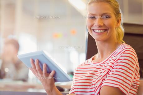 smiling young women using digital tabletの写真素材 [FYI00008113]