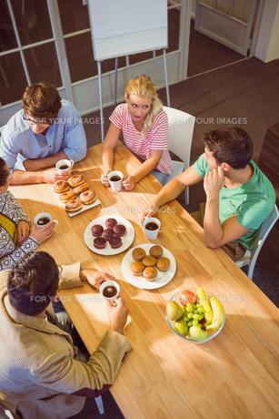 Business people having dessertの写真素材 [FYI00008134]
