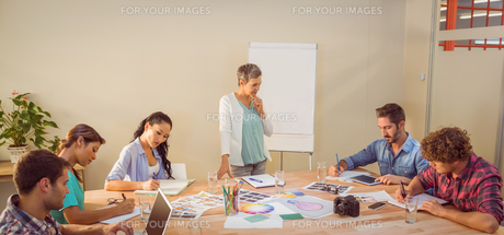 Casual businesswoman giving presentation to her colleaguesの素材 [FYI00008144]